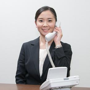 法律相談の電話受付をする女性